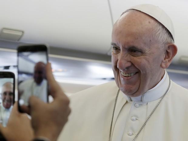Papa Francisco falou com repórteres durante seu vôo para a Polônia, nesta quarta-feira (27) (Foto: AP Photo/Gregorio Borgia)