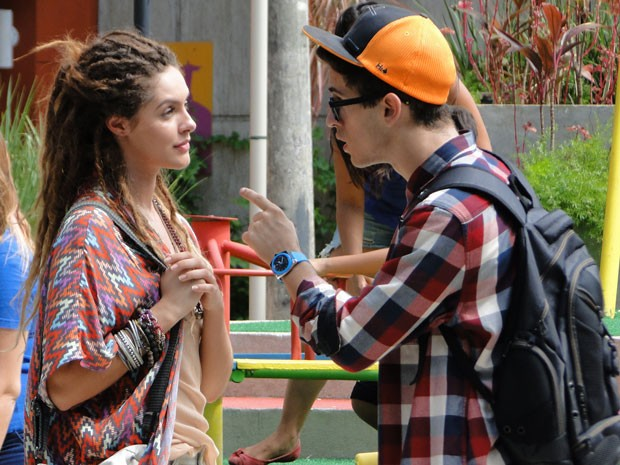 Orelha saca o jogo de Valentina e pede para garota deixar Dinho em paz (Foto: Malhação / Tv Globo)
