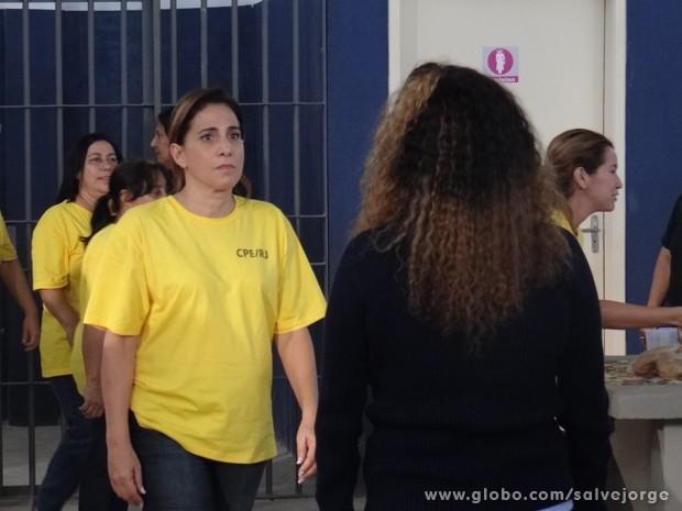A manda de L�via mulher chega para trocar de lugar com Wanda (Foto: Salve Jorge/TV Globo)