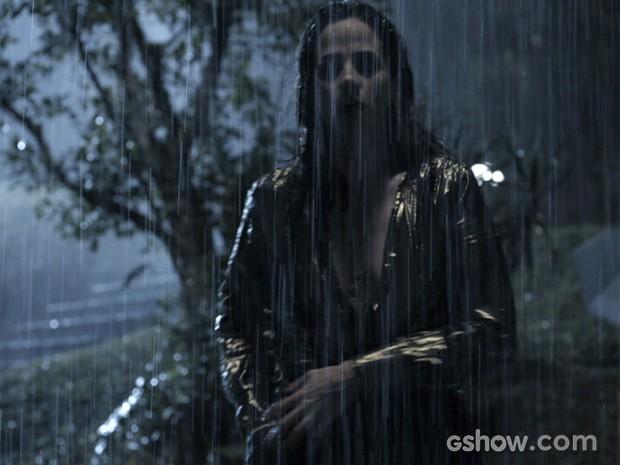 Roberta fica chocada ao ver corpo boiando (Foto: O Rebu / TV Globo)