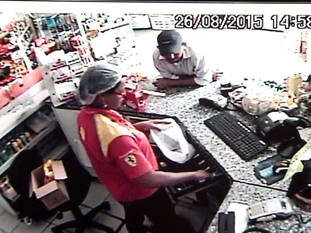Homem usou bilhete para anunciar assalto em posto de combustíveis (Foto: Reprodução/Inter TV Cabugi)