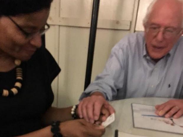 Bernie Sanders conversa com Geneva Reed-Veal, a mãe de Sandra Bland, durante encontro em um restaurante em Washington (Foto: Reprodução/Twitter/Hannah Bonner)