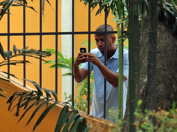Capanga de Marcos flagra o bad boy vendendo drogas (Foto: Maria Clara Lima / Gshow)