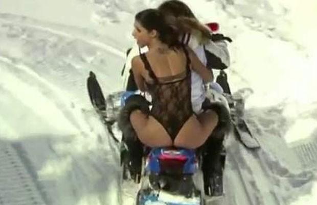 Micaela Schäfer roubou a cena em uma corrida de moto de neve em Saalbach (Foto: Reprodução)