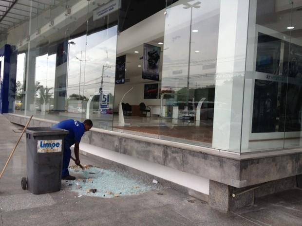 Destruição na concessionária da Barra (Foto: Alba Valéria Mendonça/G1)