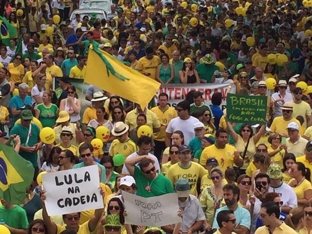 Manifestantes se concentram em avenida de Araçatuba (Foto: Eduardo Fonseca/TV TEM)