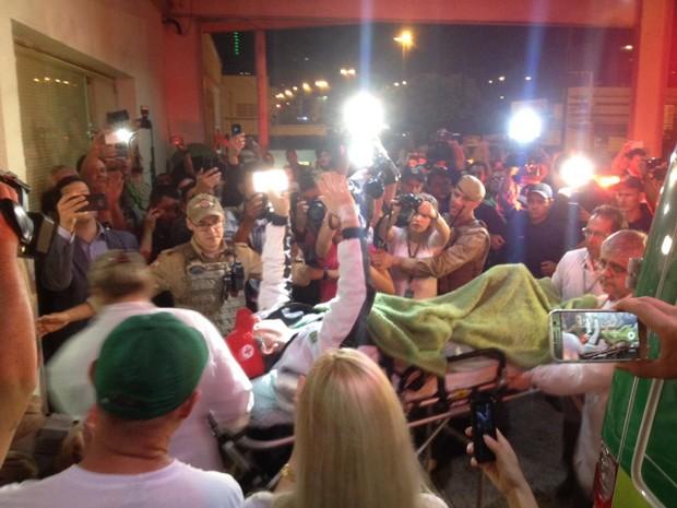 Rafael Henzel chega ao hospital em Chapecó (Foto: Murilo Souza/RBS TV)