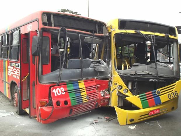 Acidente entre dois ônibus no bairro da Macaxeira, Zona Norte do Recife. (Foto: Reprodução/ TV Globo)