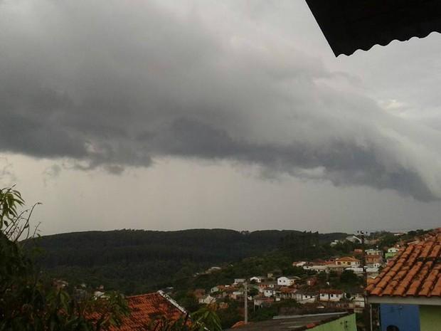 Moradora registrou formação do temporal (Foto: Josiane Oliveira Magalhães/Arquivo Pessoal)