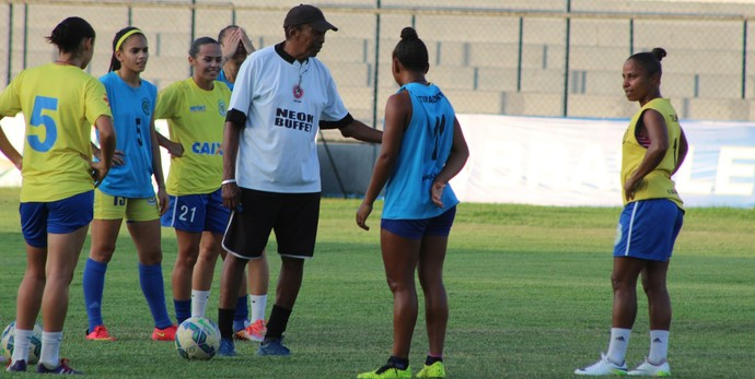 Toinho, treinador do Tiradentes conversa com jogadoras (Foto: Joana D'arc Cardoso)