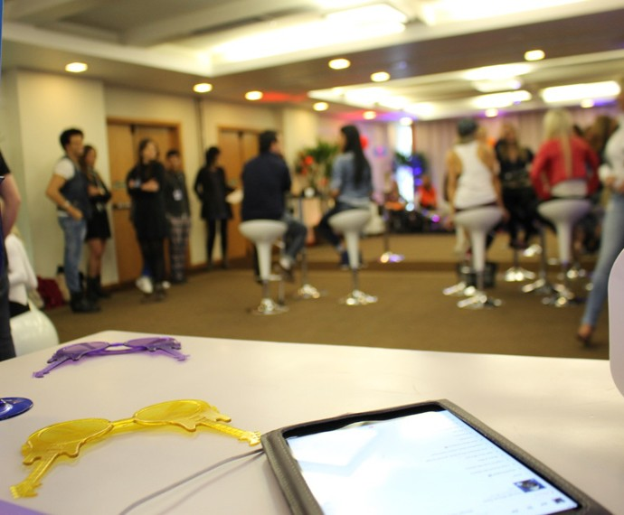 Candidatos conversam antes de começarem as atividades (Foto: Gshow)