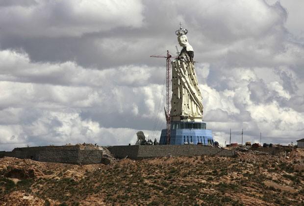 Estátutua da Virgem Maria em Oruro, na Bolívia, em foto de 18 de janeiro (Foto: Reuters)