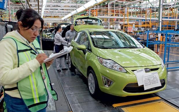 ESTRELA ASCENDENTE Fábrica da Ford em Cuautitlan Izcalli, no MéxIco.  O país ganhou competitividade nos últimos anos  e tomou o lugar do Brasil como preferido dos investidores externos na América Latina  (Foto: Susana Gonzalez/Bloomberg/Getty Images)