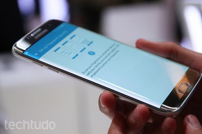 Lateral curvada do Galaxy S7 Edge em destaque (Foto: Fabrício Vitorino/TechTudo)