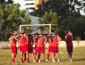 Edinho Cardoso conversa com jogadores do Potiguar (Foto: Marcelo Diaz/Divulgação)