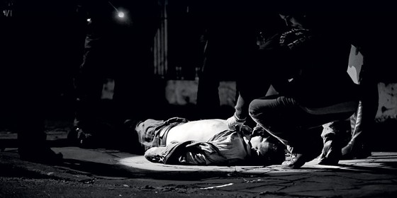 Peritos criminais inspecionam cadáver em Porto Alegre.Na madrugada em que ÉPOCA acompanhou os policiais,houve homicídios em sequência (Foto: Arthur Kolbetz/ÉPOCA)