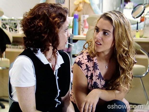 Meg e Vanessa não acreditam no que escutam (Foto: Malhação / TV Globo)