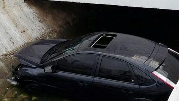 Carro atropelou o canteiro e foi parar dentro do canal 7 (Foto: Toninho Pinheiro/G1)
