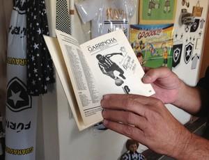 Até um livro que foi retirado de circulação faz parte da coleção de Seu Hércules (Foto: Ana Cláudia Gonçalves/GLOBOESPORTE.COM)