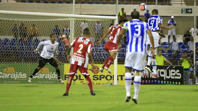 Ataque do CSA foi parado por Júlio César em várias oportunidades (Foto: Ailton Cruz/Gazeta de Alagoas)