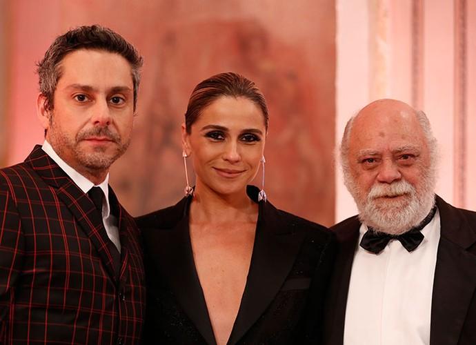 Que trio! Giovanna Antonelli posa com os amigos de elenco, Alexandre Nero e Tonico Pereira (Foto: Ellen Soares/Gshow)