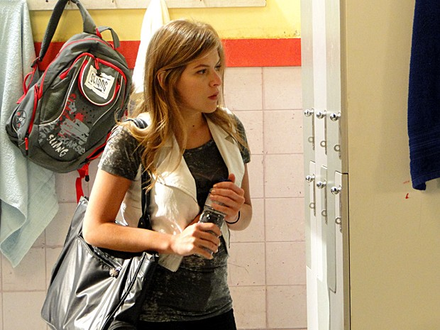 Luísa entra no vestiário e entrega garrafinha para Gabriel (Foto: Malhação / TV Globo)