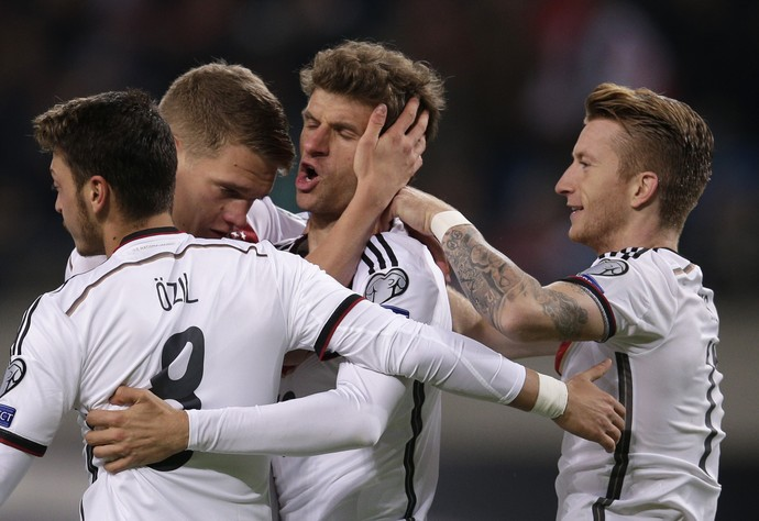 Müller comemora gol pela Alemanha (Foto: AP Photo/Michael Sohn)