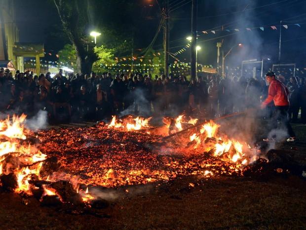 Antes da passagem dos devotos, fogueira é espalhada por fiel em Charqueada (Foto: Araripe Castilho/G1)