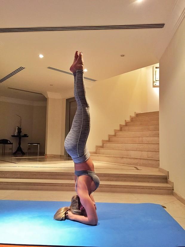 A ex-BBB Renatinha pratica ioga (Foto: Arquivo Pessoal/Divulgação)