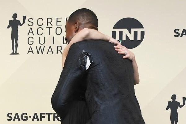 O ator Sterling K. Brown, com o paletó rasgado, com a atriz Kristen Bell  (Foto: Getty Images)