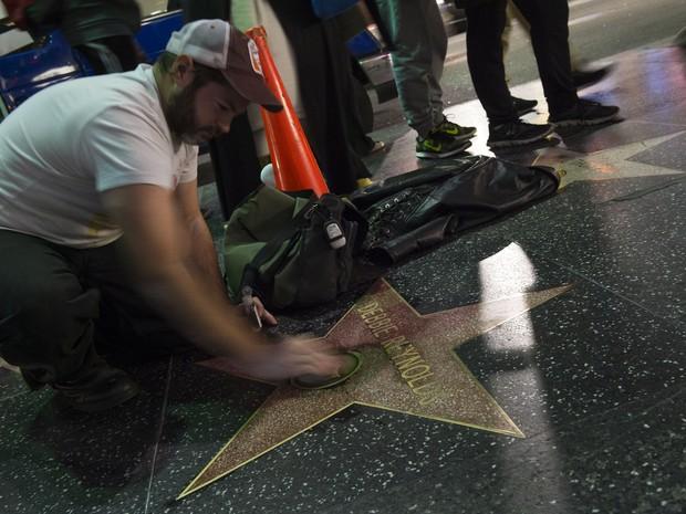 Estrela de Debbie Reynolds na Calçada da Fama de Hollywood, nos Estados Unidos, recebe homenagens (Foto: Valerie Macon/ AFP)