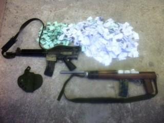 Na operação foi apreendido um fuzil Ruger, um fuzil MD 2 e 286 papelotes de maconha, 406 capsulas de cocaína e 36 pedras de crack. (Foto: Divulgação / Bope)