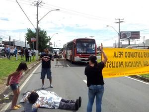 Manifestantes protestam durante a visita do governador Geraldo Alckmin, em Campinas (Foto: Fernando Pacífico / G1 Campinas)
