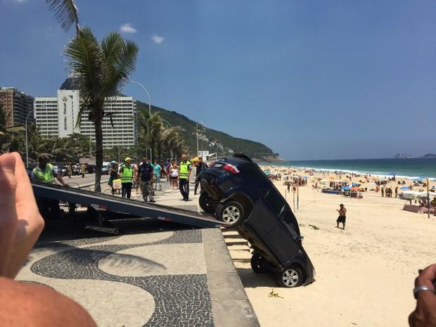 Carro do filho de Marcelo Novaes cai nas areias da praia de São Conrado  (Foto: EGO)