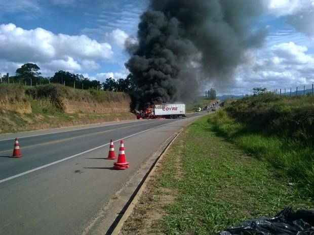 Rodovia foi interditada após explosão (Foto: Luciander Falcão Caniçali/ Foto Leitor A Gazeta)