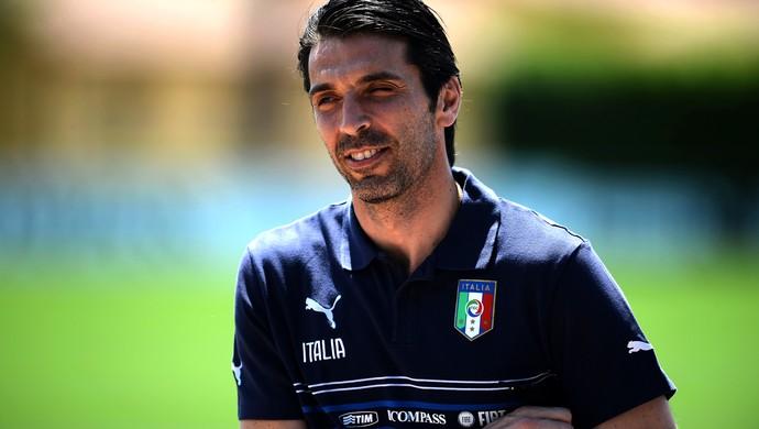 Buffon treino Itália (Foto: AFP)