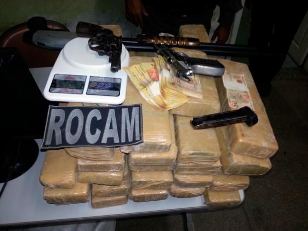 Drogas e armas apreendidas foram levadas para a Delegacia de Plantão da Zona Sul de Natal (Foto: Kleber Teixeira/Inter TV Cabugi)