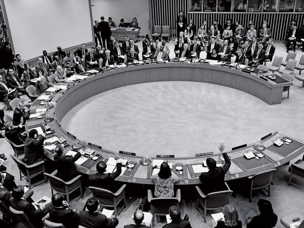 CONFRONTO A votação das sanções contra o Irã. Apenas os representantes de Brasil e Turquia não levantaram a mão para aprovar a moção (Foto: -)