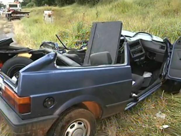 Veículo ficou destruído após o acidente (Foto: Reprodução / TV TEM)