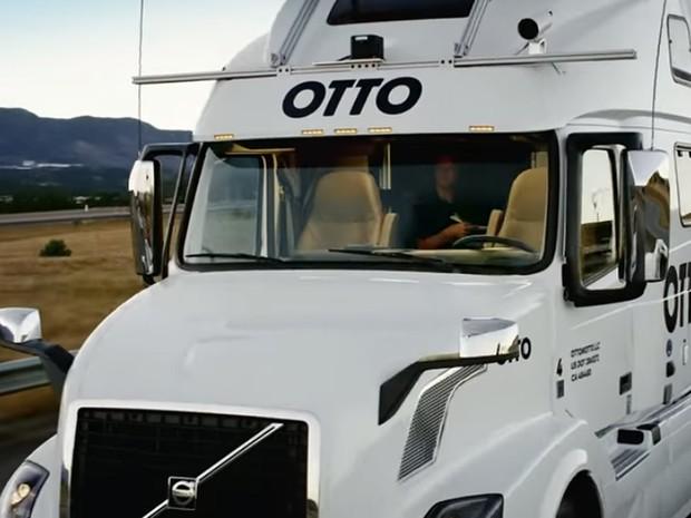 Na rodovia, motorista ficou apenas observando atrás dos bancos (Foto: Reprodução/YouTube/Otto)