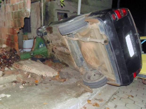 Carro desgovernado atinge casa em São José do Barreiro (Foto: G1)