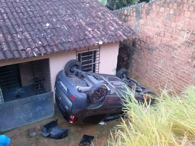Carro capotou e parou em quintal de casa em Jaboatão dos Guararapes (Foto: Fernando Davi / WhatsApp)
