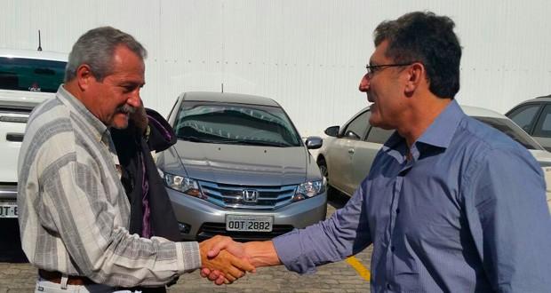 Ferreira e Calú  se cumprimentam na chegada ao júri (Foto: Juirana Nobres/ G1)
