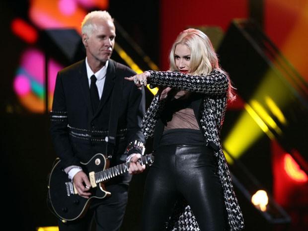 Tom Dumont, guitarrista do No Doubt, e a cantora do grupo, Gwen Stefani, durante apresentação no American Music Awards, em 18/11/12 (Foto: Matt Sayles/Invision/AP)