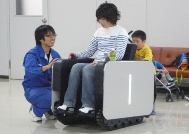 Cedeira usa esteira de tanque de guerra em vez de rodas para tornar a locomoção mais segura (Foto: Divulgação/Nano-Optonics Energy)