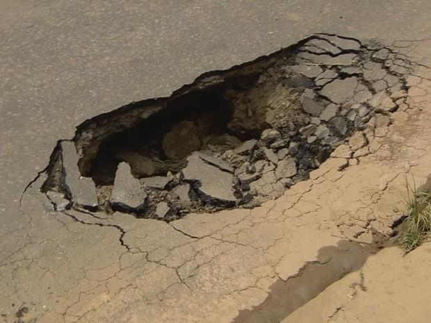 Asfalto começou a ceder em rua; ônibus chegou a cair no buraco, na MG-167 em Cambuquira (Foto: Reprodução EPTV)
