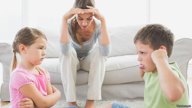 Segundo estudo, meninas tem maior propensão a ser vítimas; irmão mais velho normalmente é culpado (Foto: Thinkstock/BBC)
