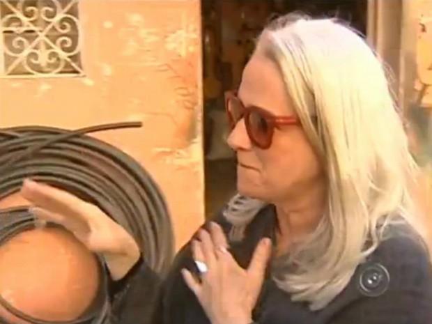 Vera Holtz percorre as ruas de Pereiras (SP) para mostrar locais importantes da vida dela. (Foto: Reprodução TV TEM)