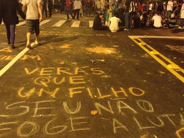 Manifestantes deixam frases escritas no asfalto no entorno do Maracanã (Foto: Tássia Thum/G1)