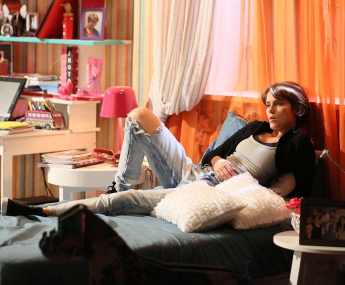 Karina conversa com Bi sem saber que está sendo observada  (Foto: Isabella Pinheiro/Gshow)